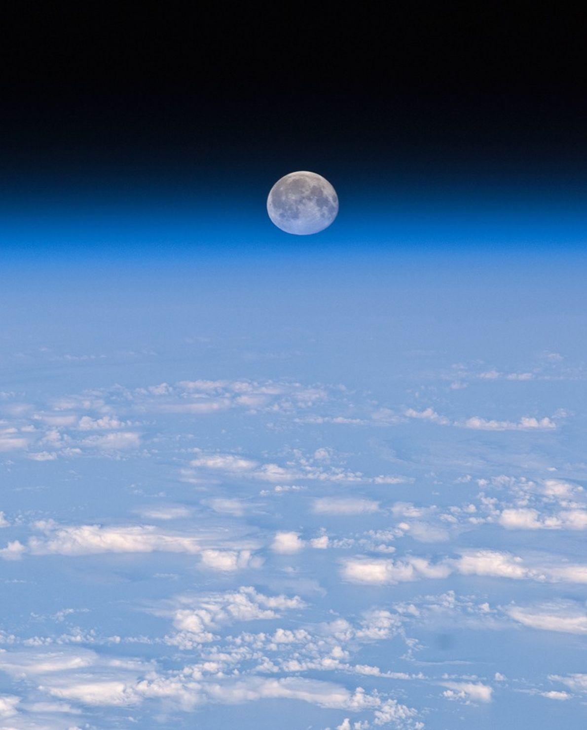 Imagen de la luna llena: la Luna se ve con la Tierra desde el espacio