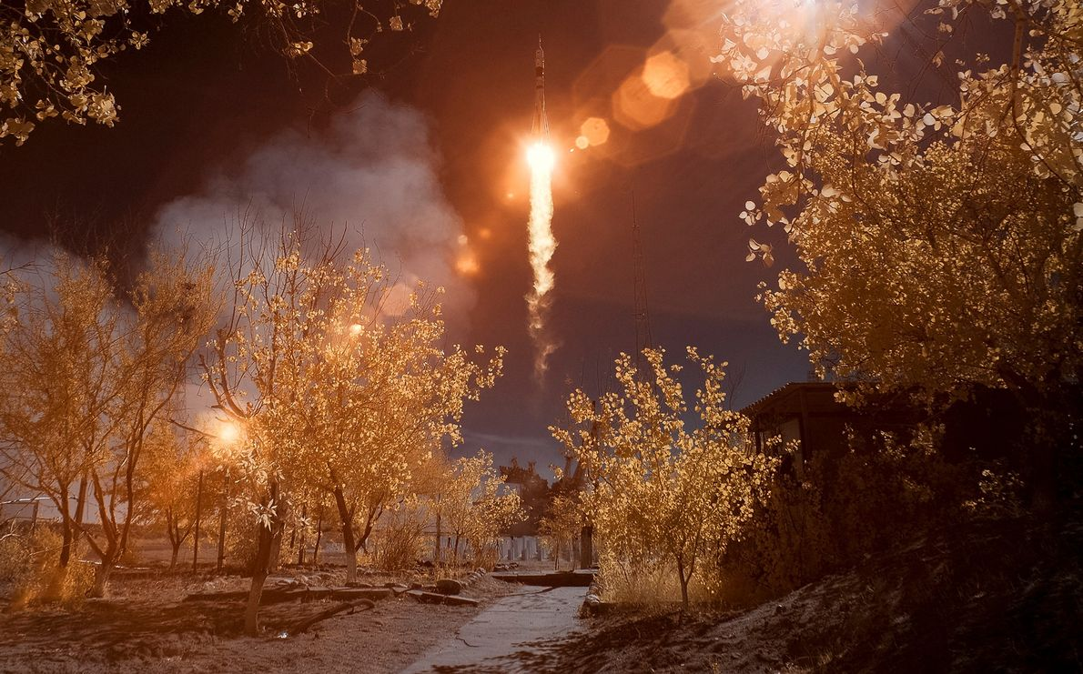 En esta imagen infrarroja de color falso, la Soyuz MS-10 despega del cosmódromo de Baikonur en …