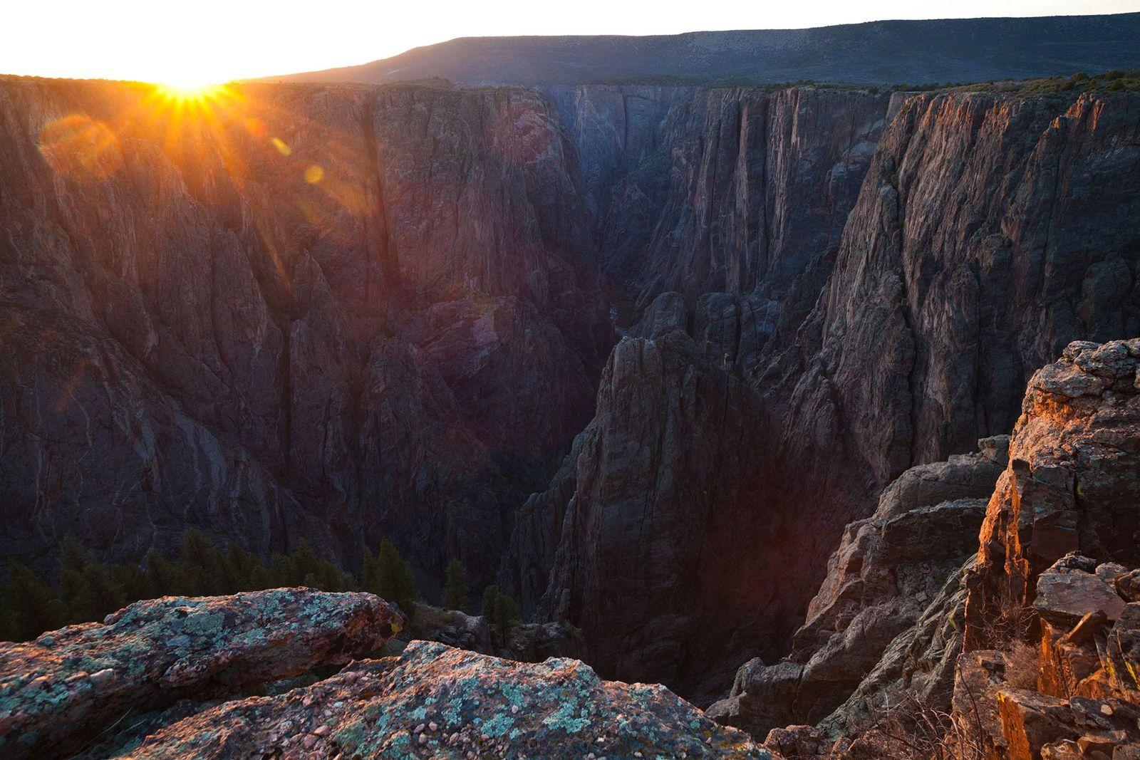 Imagen de la puesta de sol desde Island Peaks, Parque Nacional del Cañón Negro del Gunnison, ...