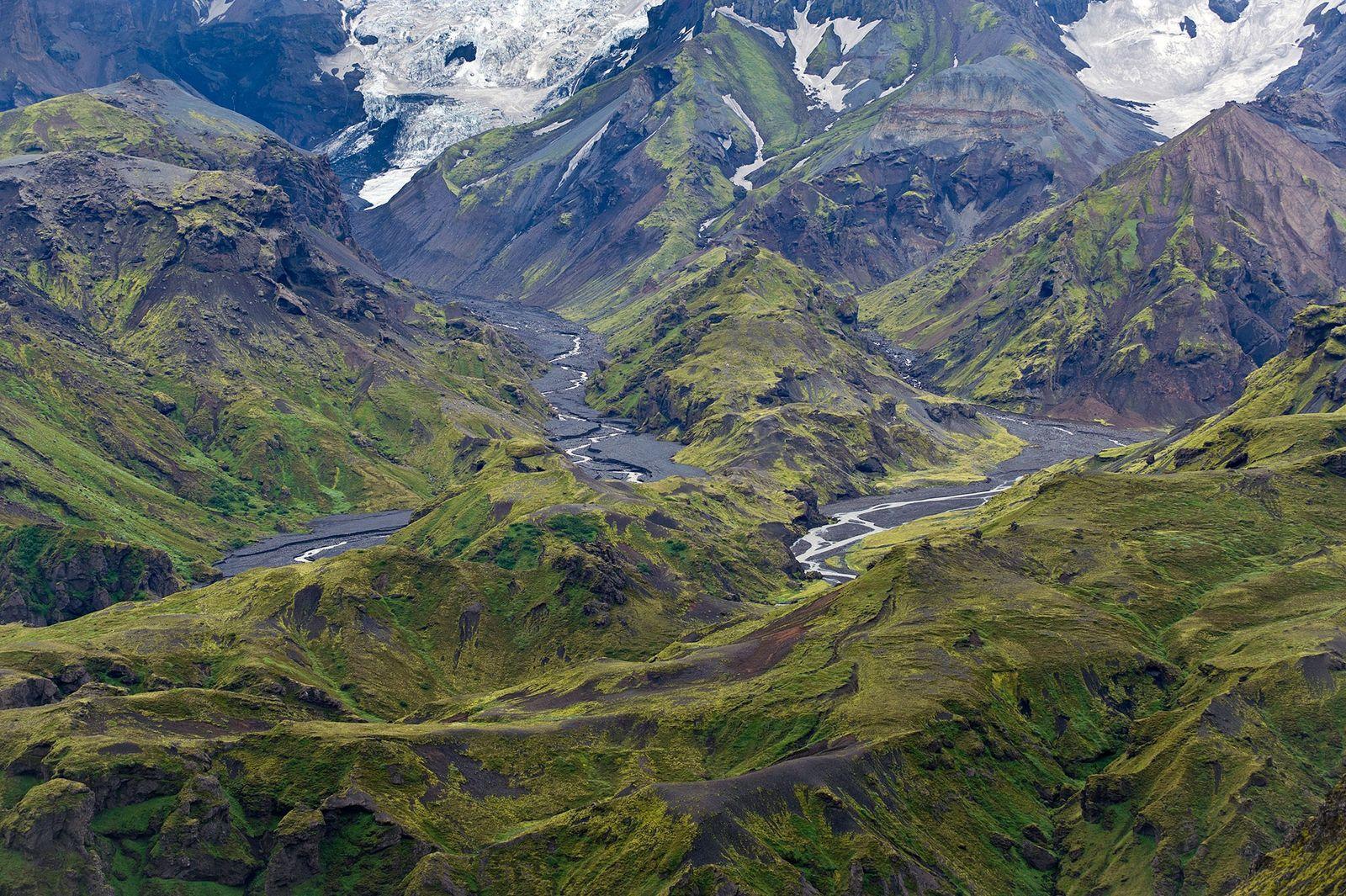 Imagen de la cadena montañosa Thorsmork sobre las lenguas de los glaciares en Islandia