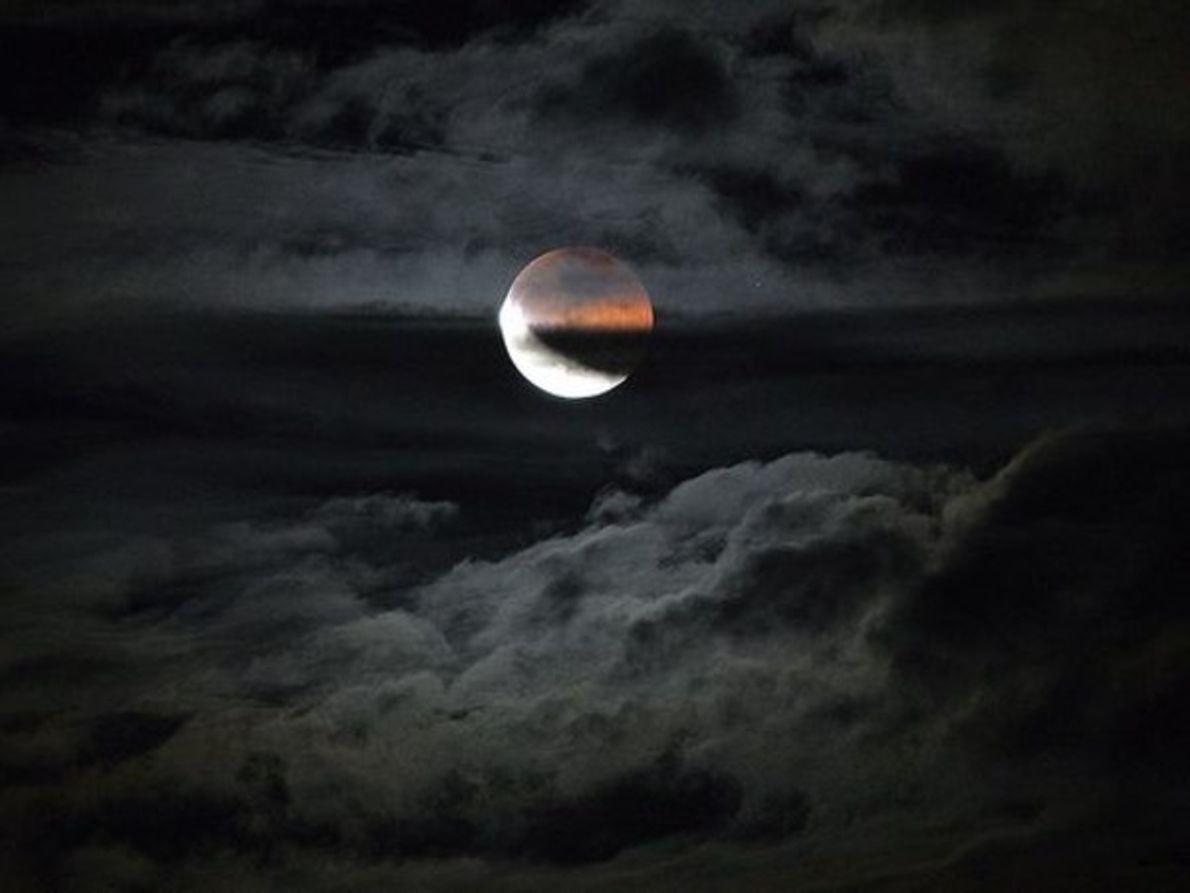 Eclipse lunar cubierto por las nubes