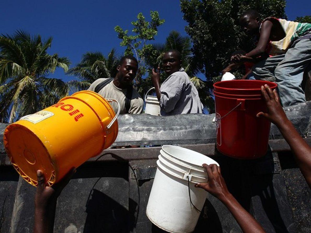 Distribución de agua tras el desastre (Haití)