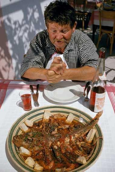 Un hombre se prepara para cenar zuppa di pesce
