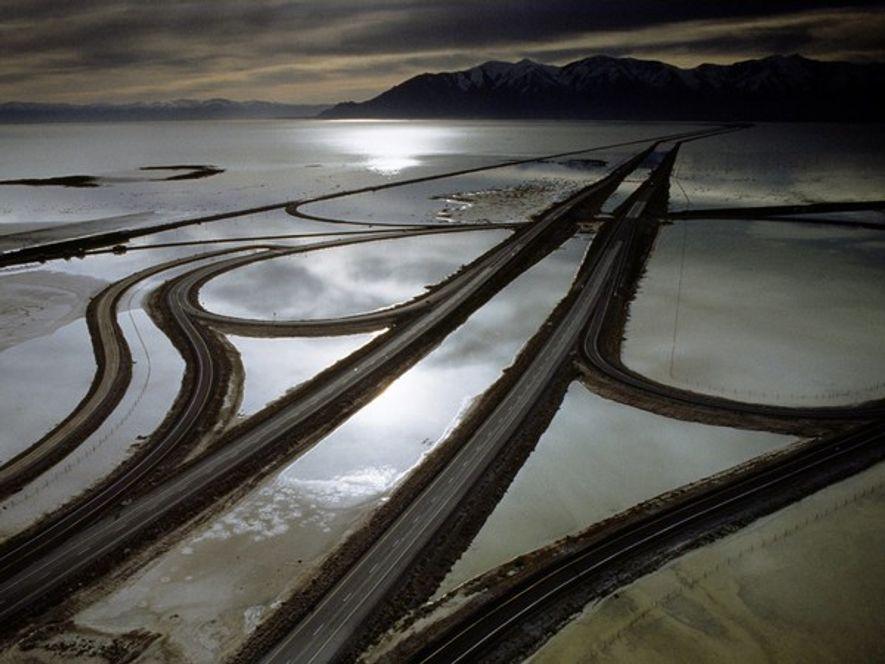 El nivel de las aguas del Gran Lago Salado (Great Salt Lake) fluctúa de forma espectacular ...