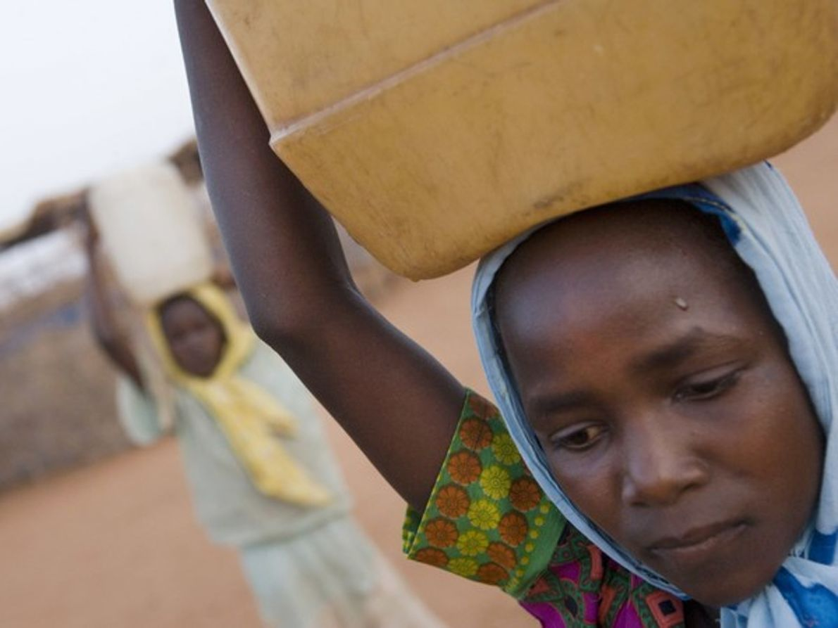 Niña cargando agua (Darfur)