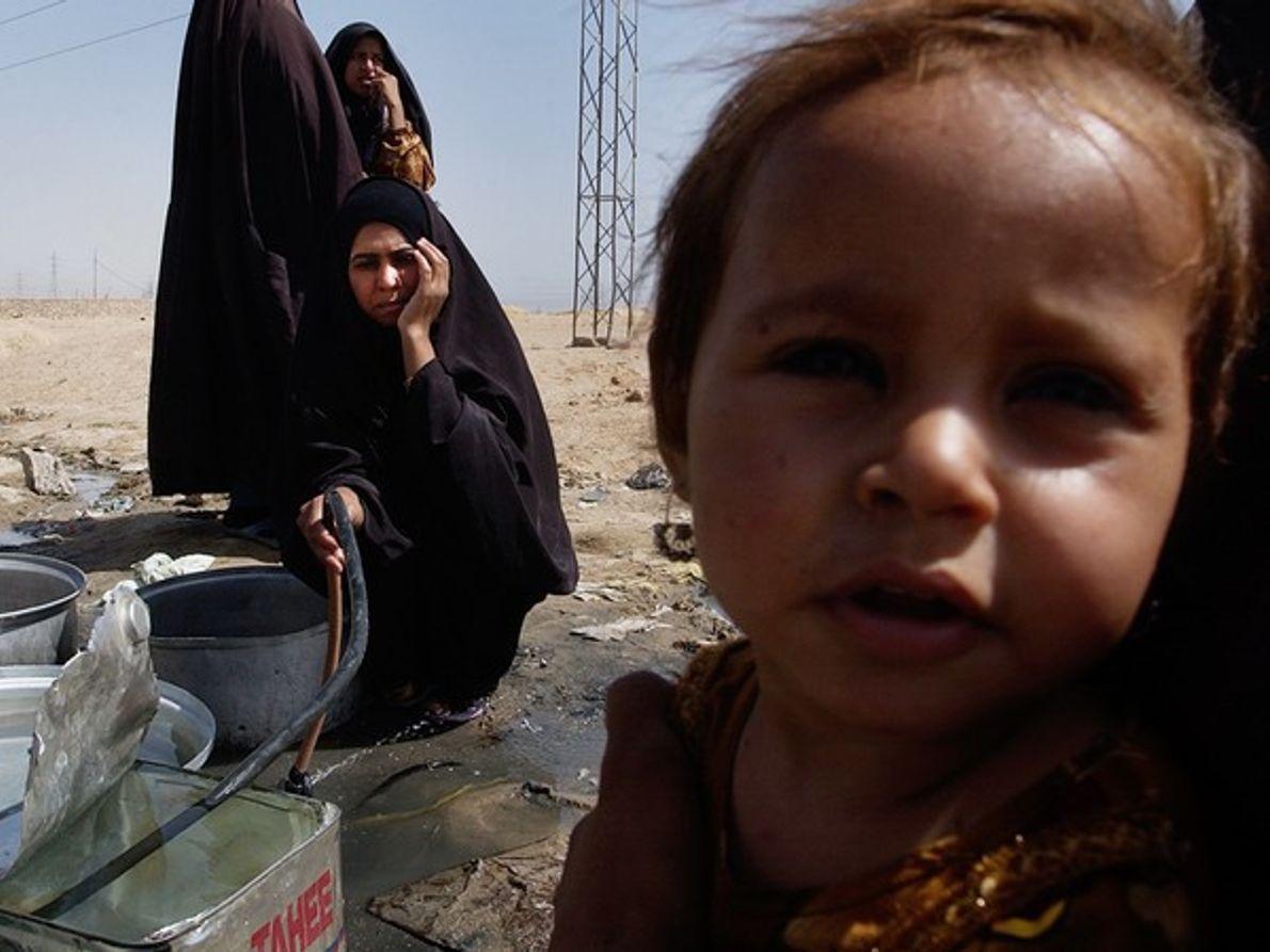 Mujeres recogen agua (Irak)