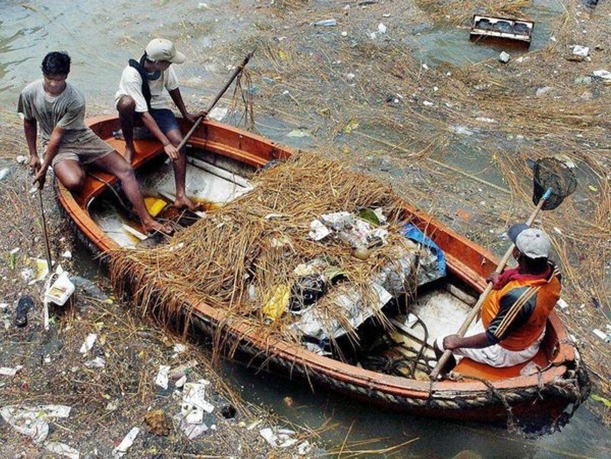 Basura flotante, India