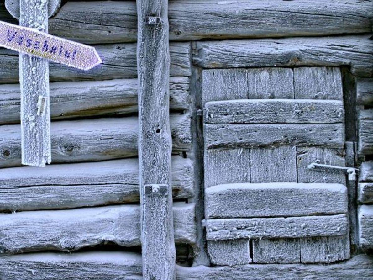 Cabaña cubierta de escarcha