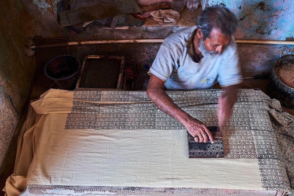 Un artesano estampa la tela de un sari