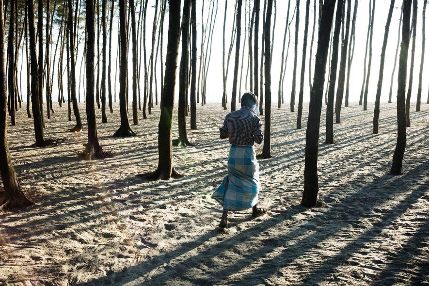 Algunos rohinyás viven fuera de los campamentos cerca del Cox's Bazar. Este hombre vive en un ...