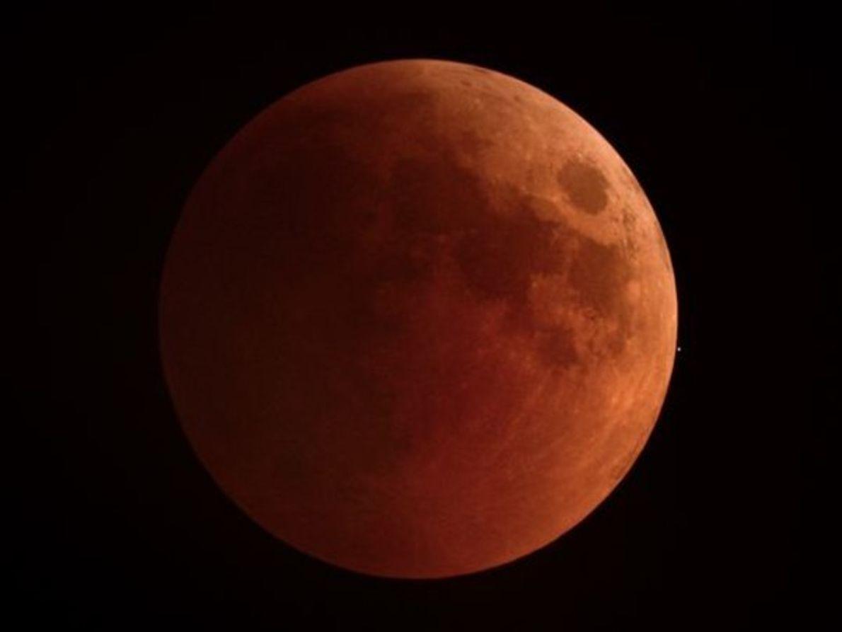 La luna llena se vuelve de color rojo en la India un 15 de junio.