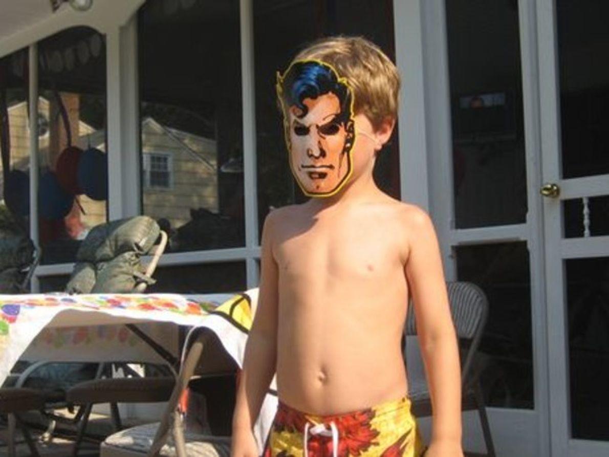 Niño con una máscara