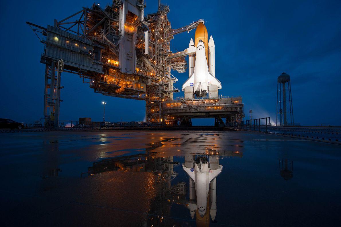 El transbordador espacial Atlantis aguarda el despegue antes de su misión de 12 días a la …