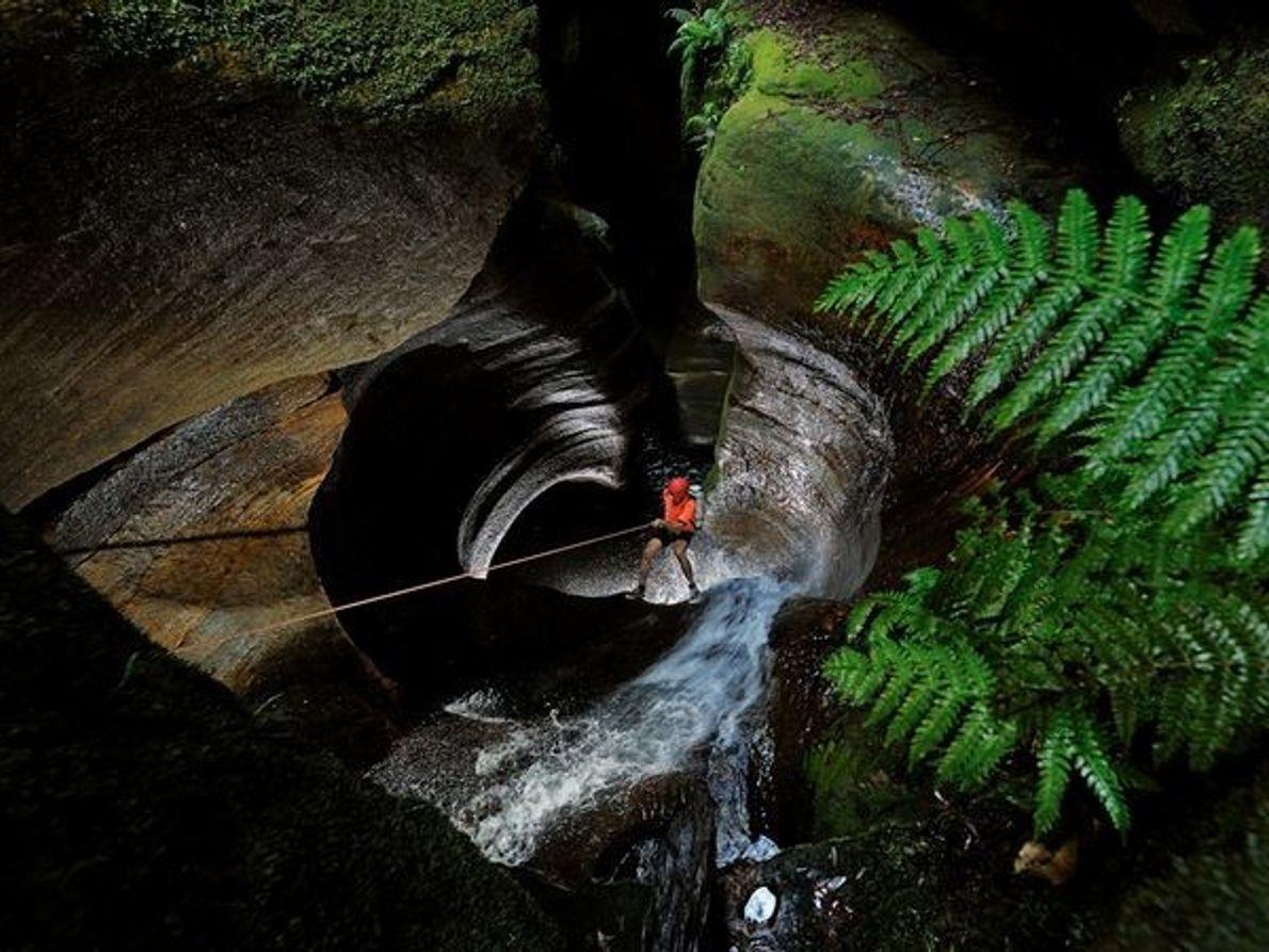 Rappel en el Agujero Negro de Calcuta, Montañas Azules, Australia