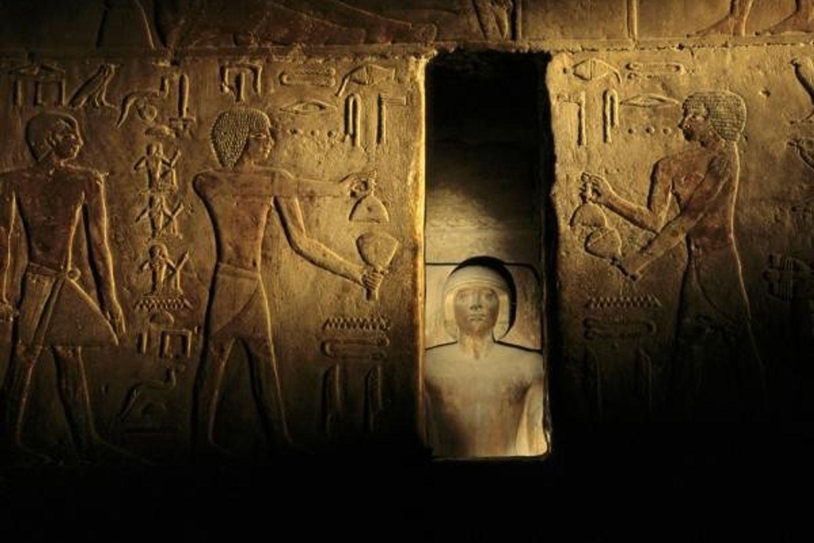 jeroglíficos en un templo egipcio