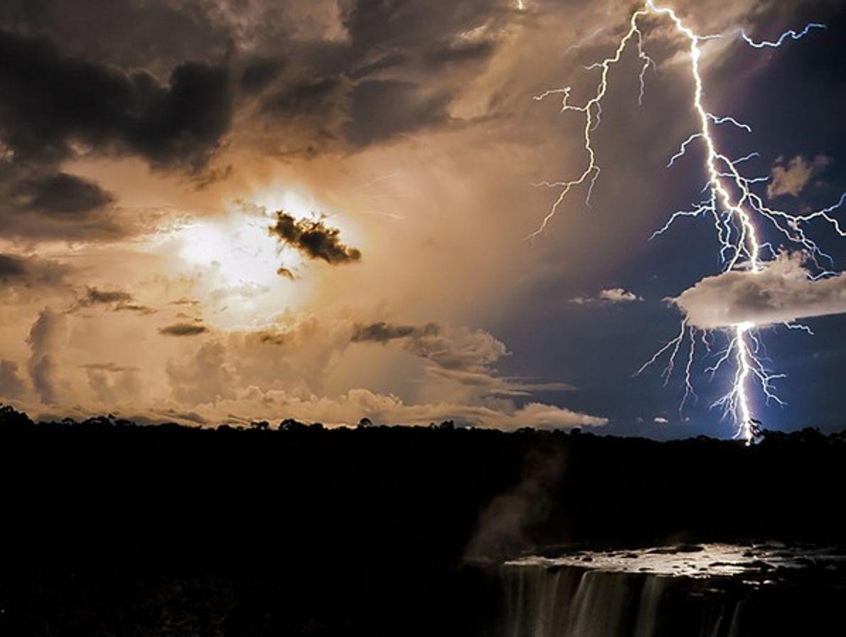 Gandora Naturaleza Mundial: Relámpago en las cataratas Kaieteur