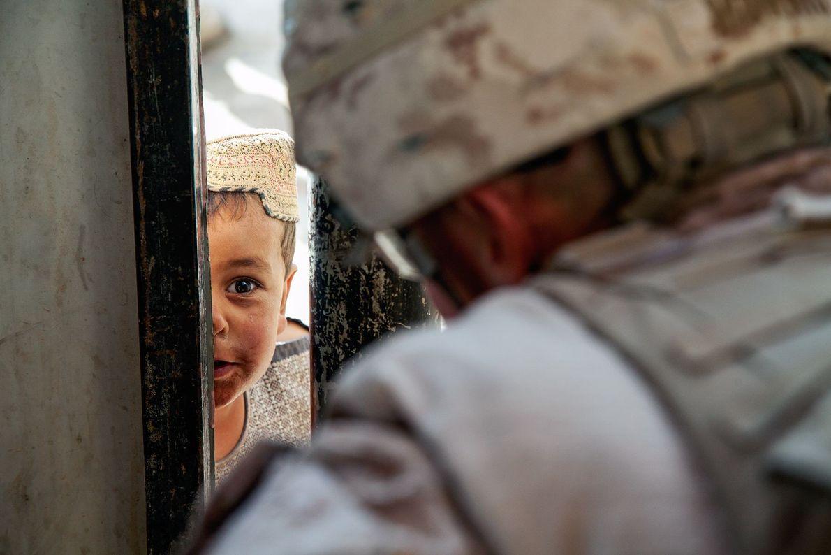 Una niña afgana y J.W. Morris
