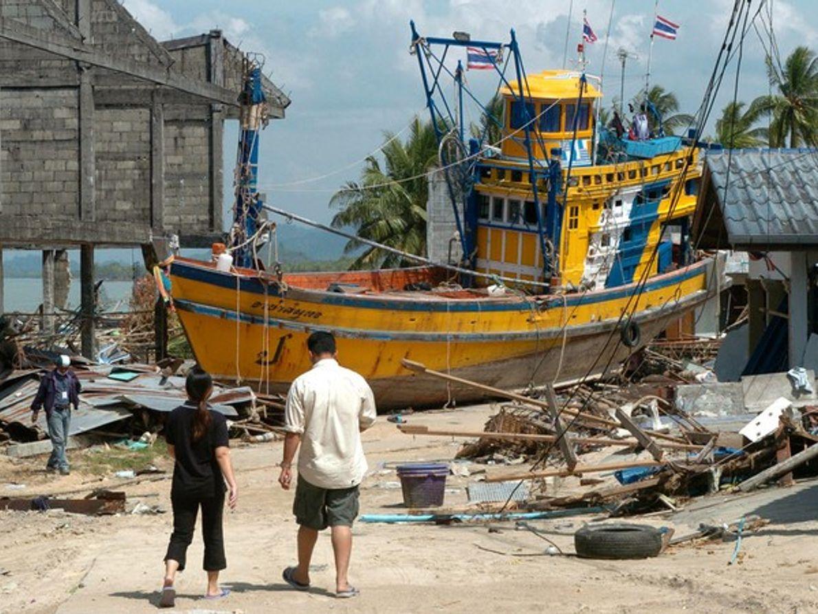 Un barco tras el tsunami de Tailandia