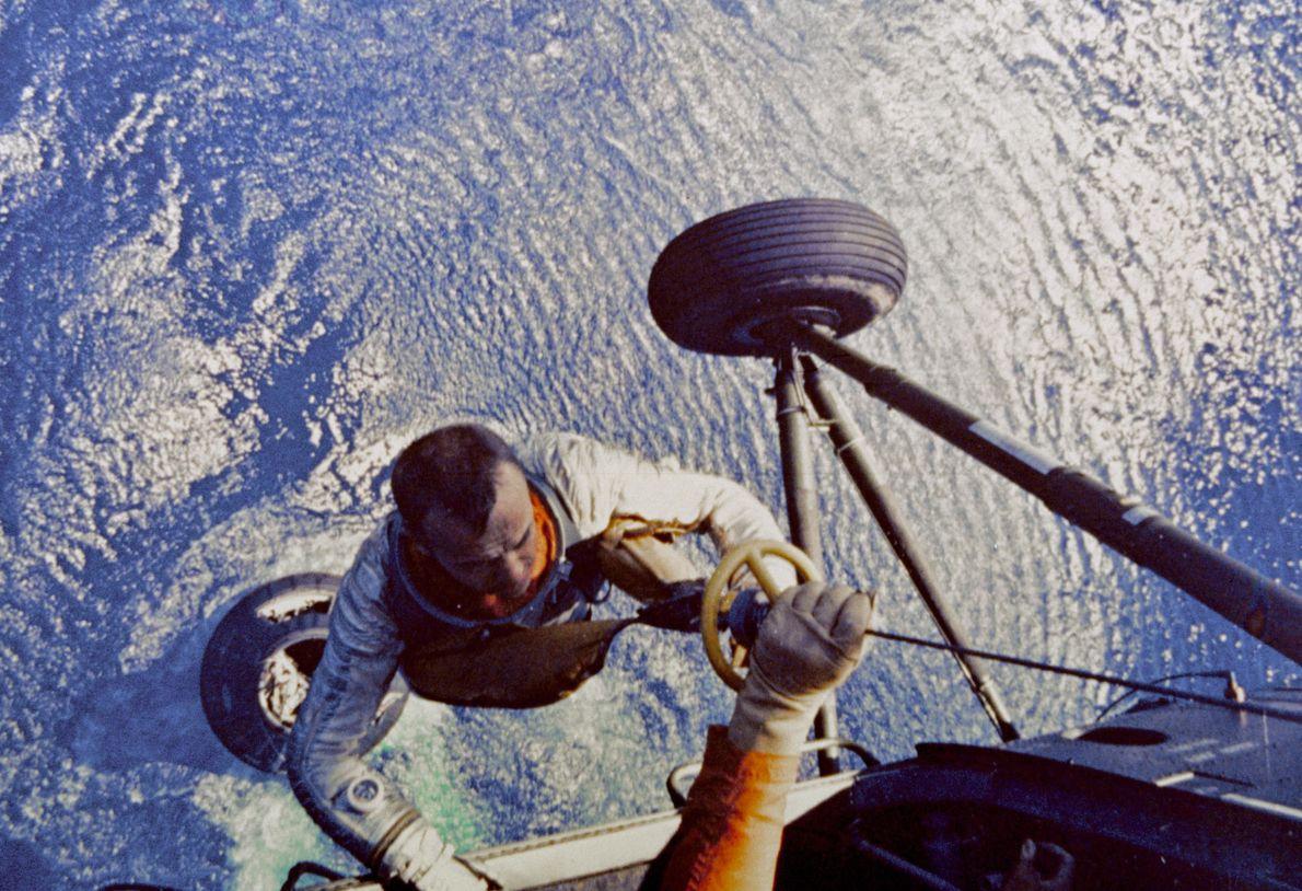 Shepard sube a un helicóptero de la Marina