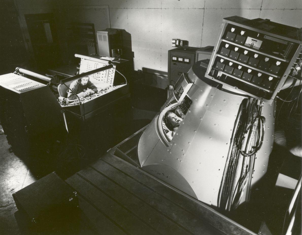John Glenn dentro del Mercury Procedures Trainer