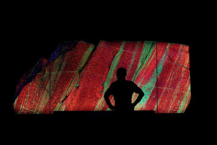 Fotografía de un panel de roca fluorescente