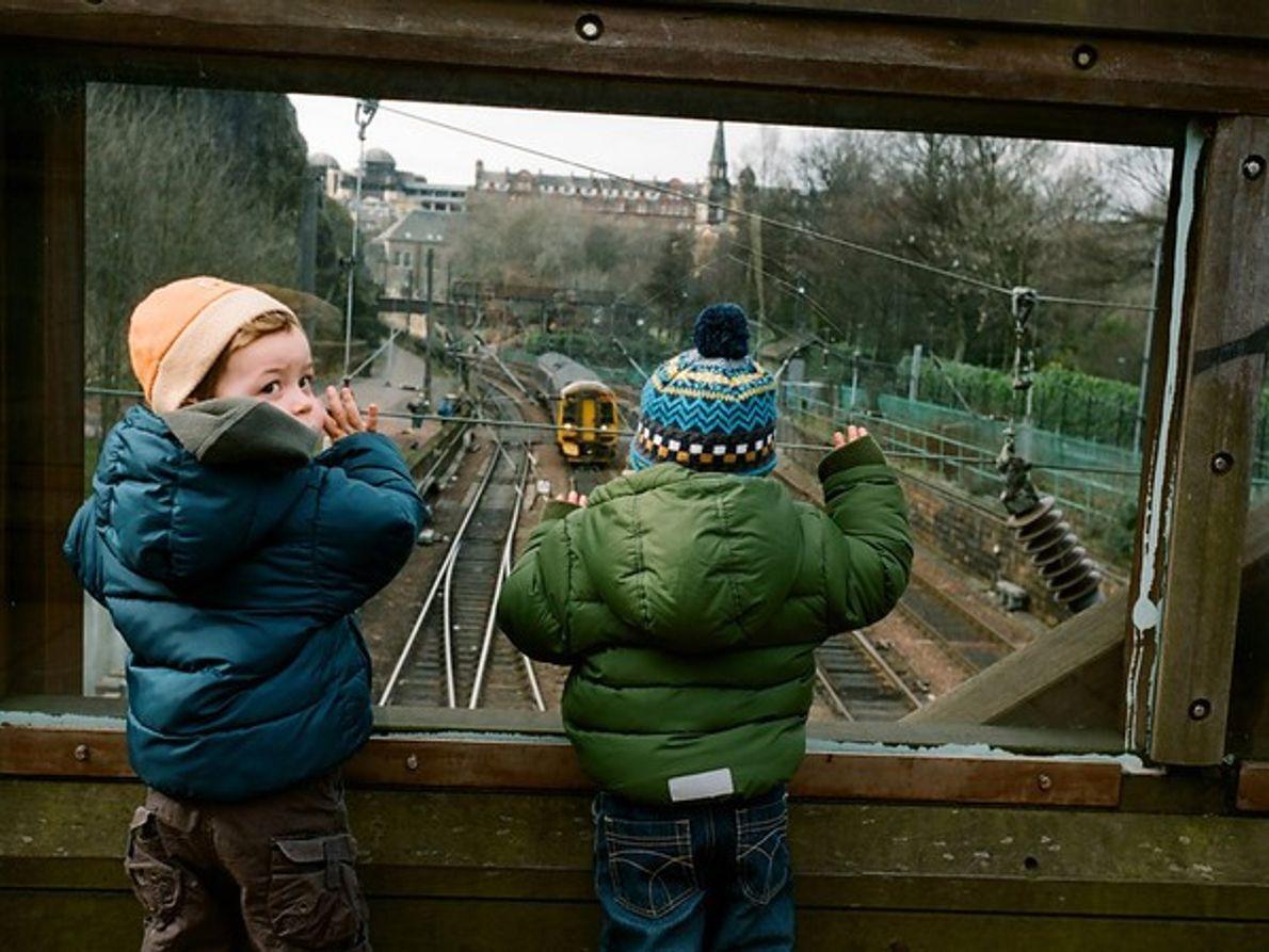Niños viajando en tren, Edimburgo