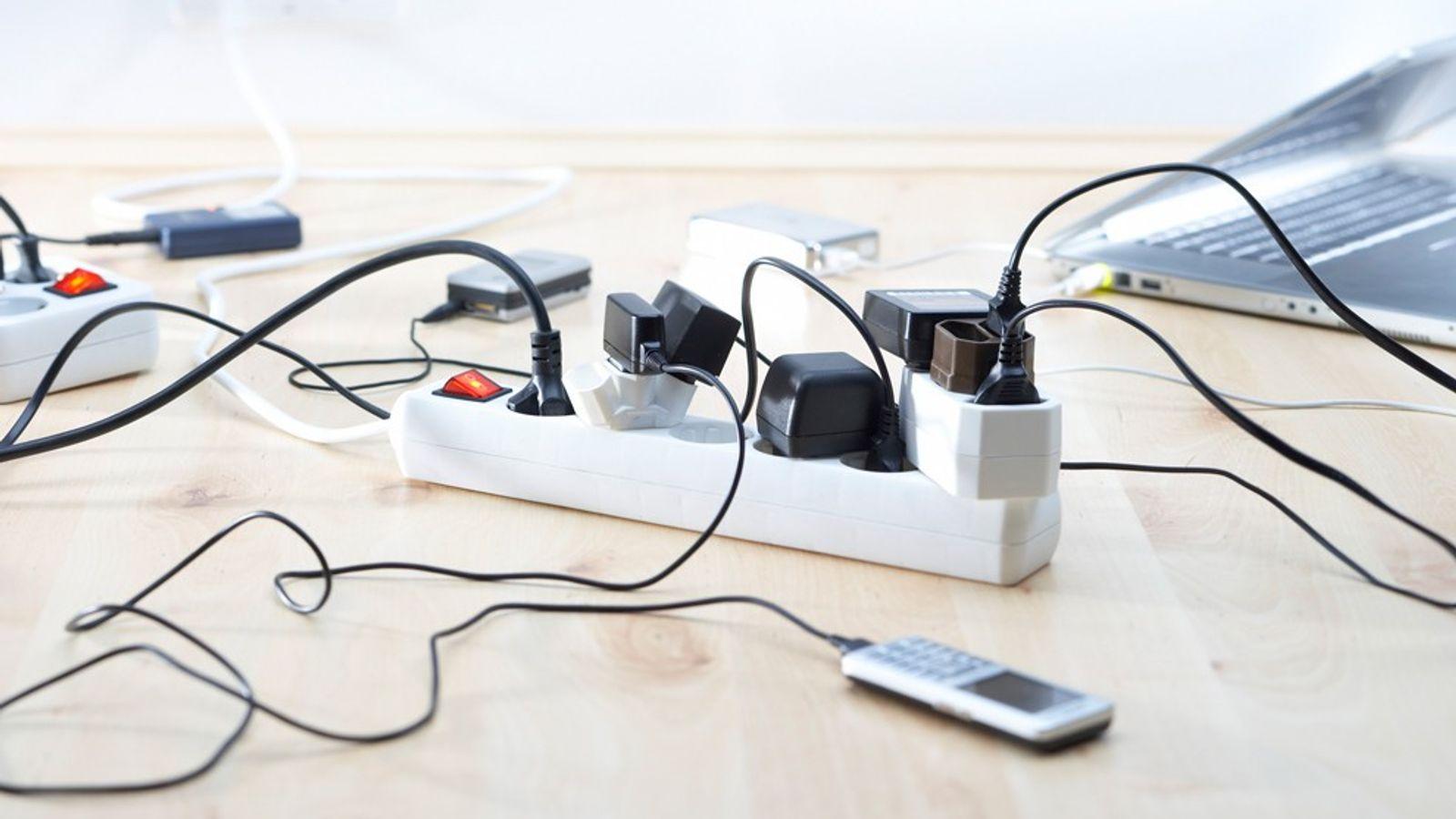 Muchos dispositivos domésticos siguen consumiendo energía aunque no se estén utilizando, aumentando la factura eléctrica.