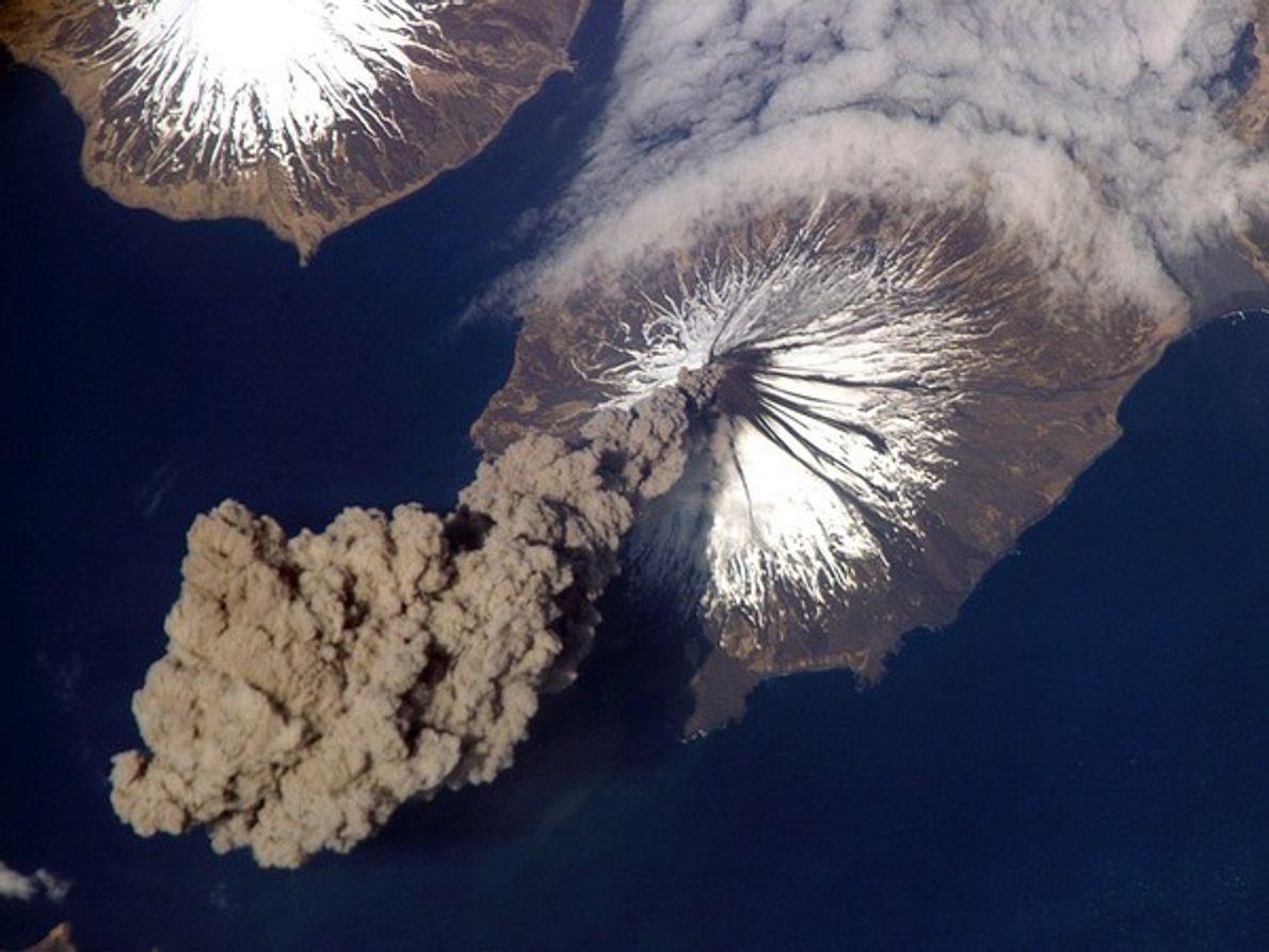 El volcán Cleveland libera una nube de cenizas que se eleva a casi 6.000 metrossobre el …