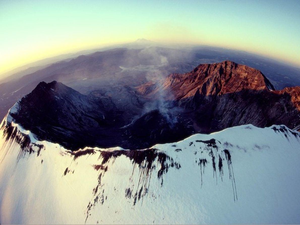 Una cortina de humo sale del Monte. San Helen de su espectacular cráter en forma de …