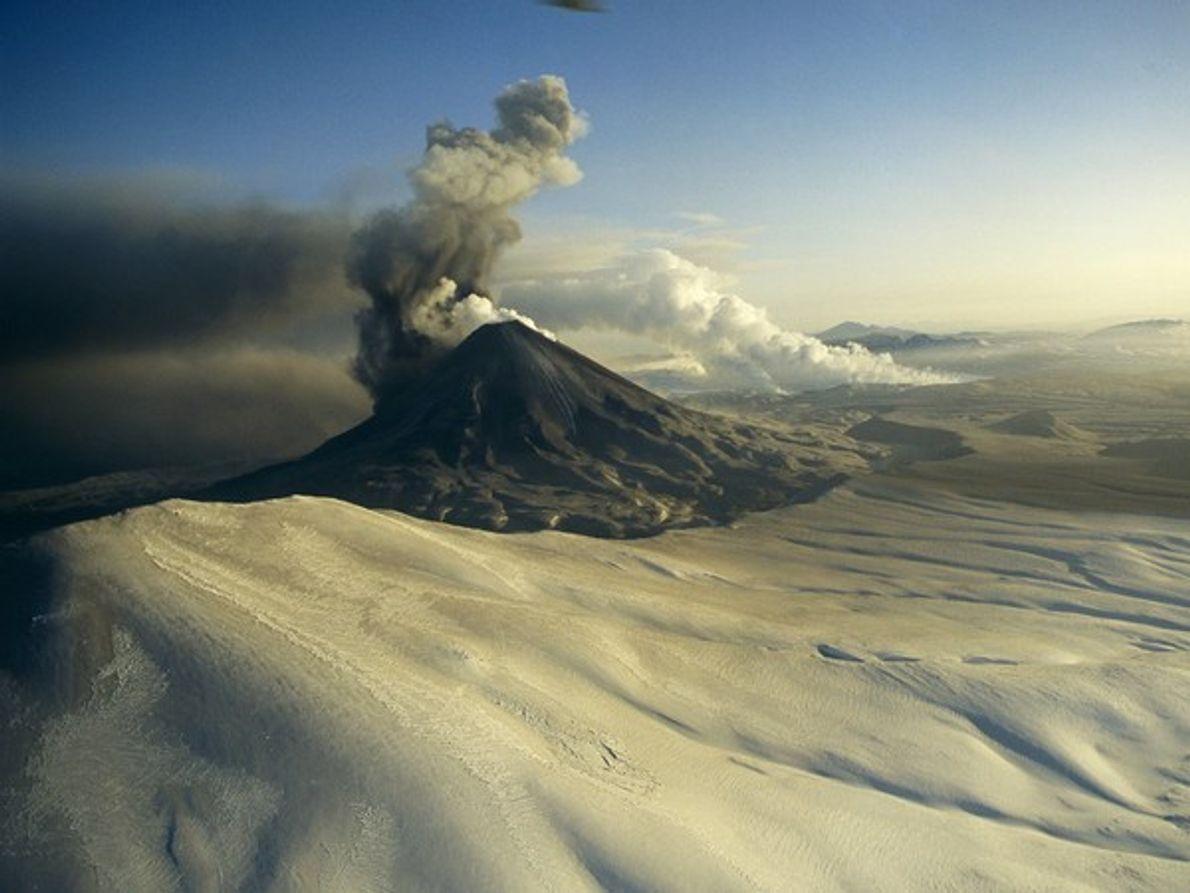 La ceniza y vapor de una gran cortina saliendo del volcán ruso Karymsky en la península …