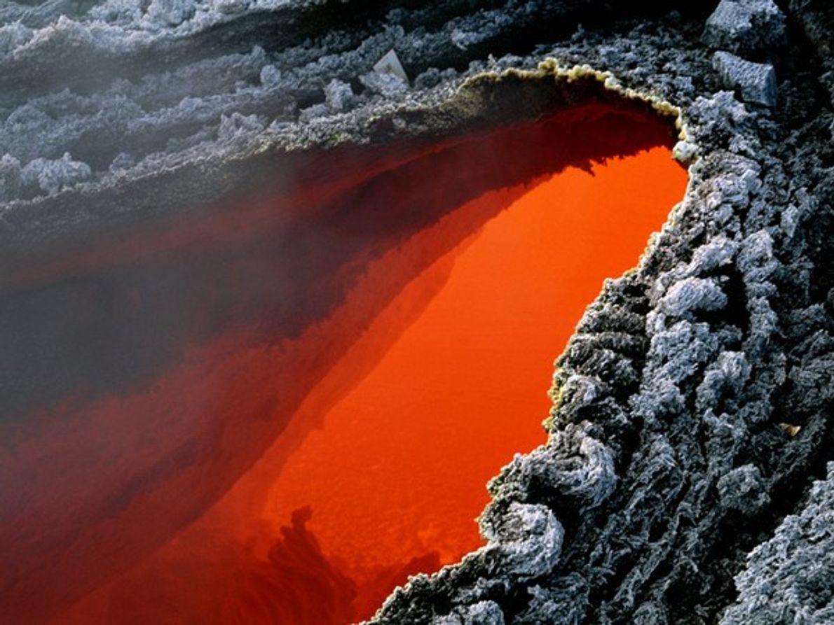 Esta piscina de magma naranja está a unos cientos degrados por encima de la corteza endurecida …