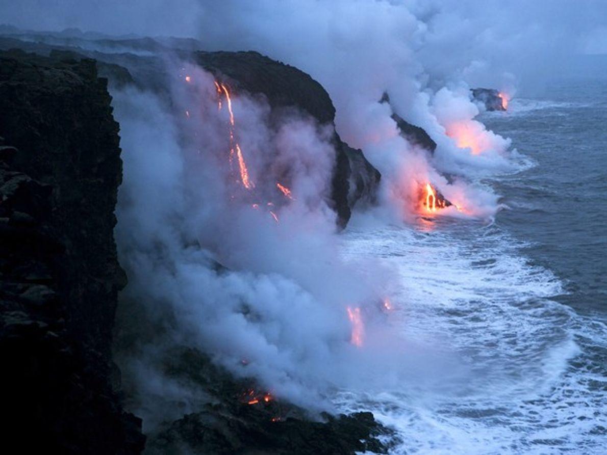 Lava desembocando en el Pacífico