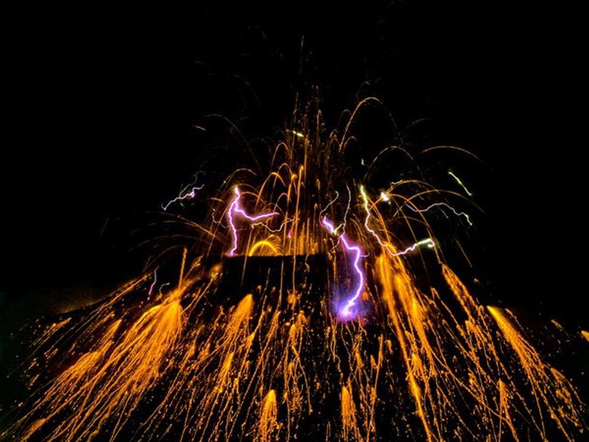 Volcán Tavurvur arrojando lava, Papua Nueva Guinea