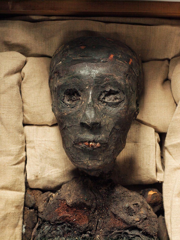 La momia del emperador Tutankamón exhibe daños causados presuntamente por un incendio.