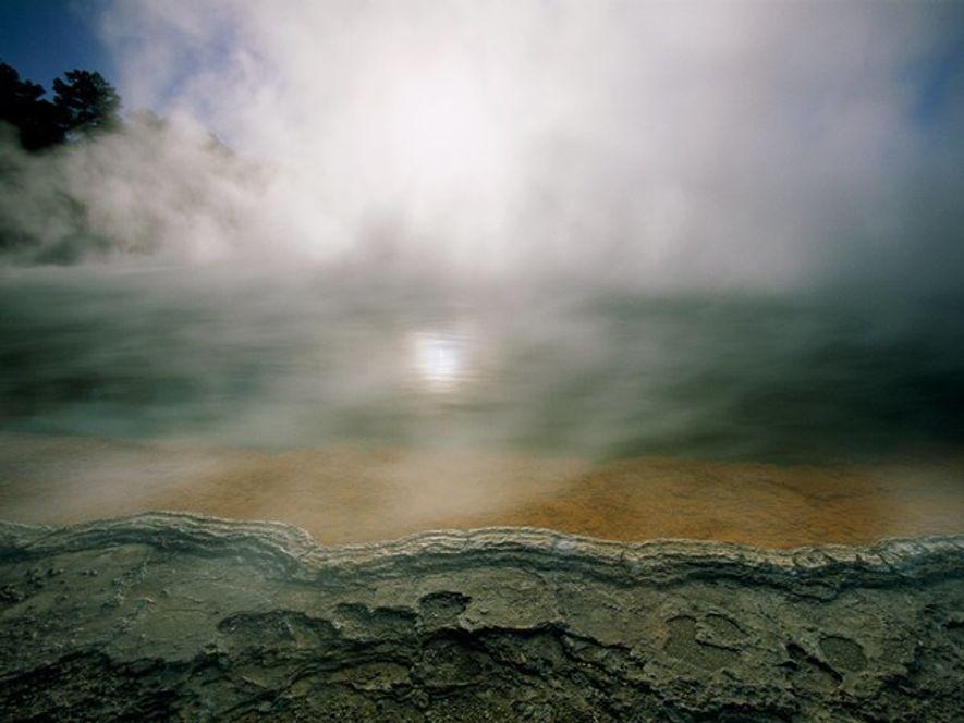 Aumentodel gas y vapor de una chimenea volcánica en Nueva Zelanda. Esta pequeña nación insular utiliza …