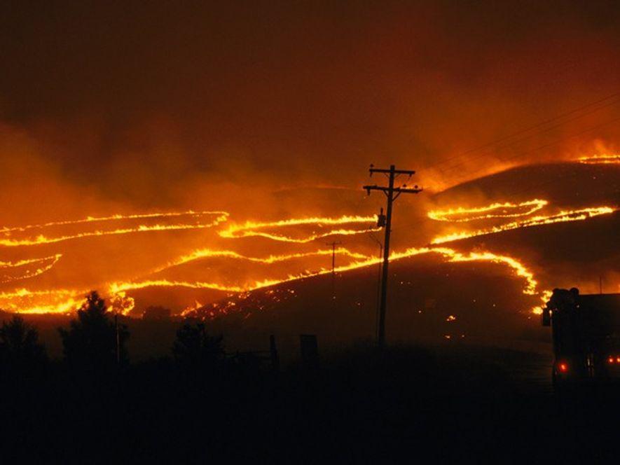 Los fuertes vientosy las altas temperaturas avivaron un incendio forestal de 1996 en las colinas cerca ...