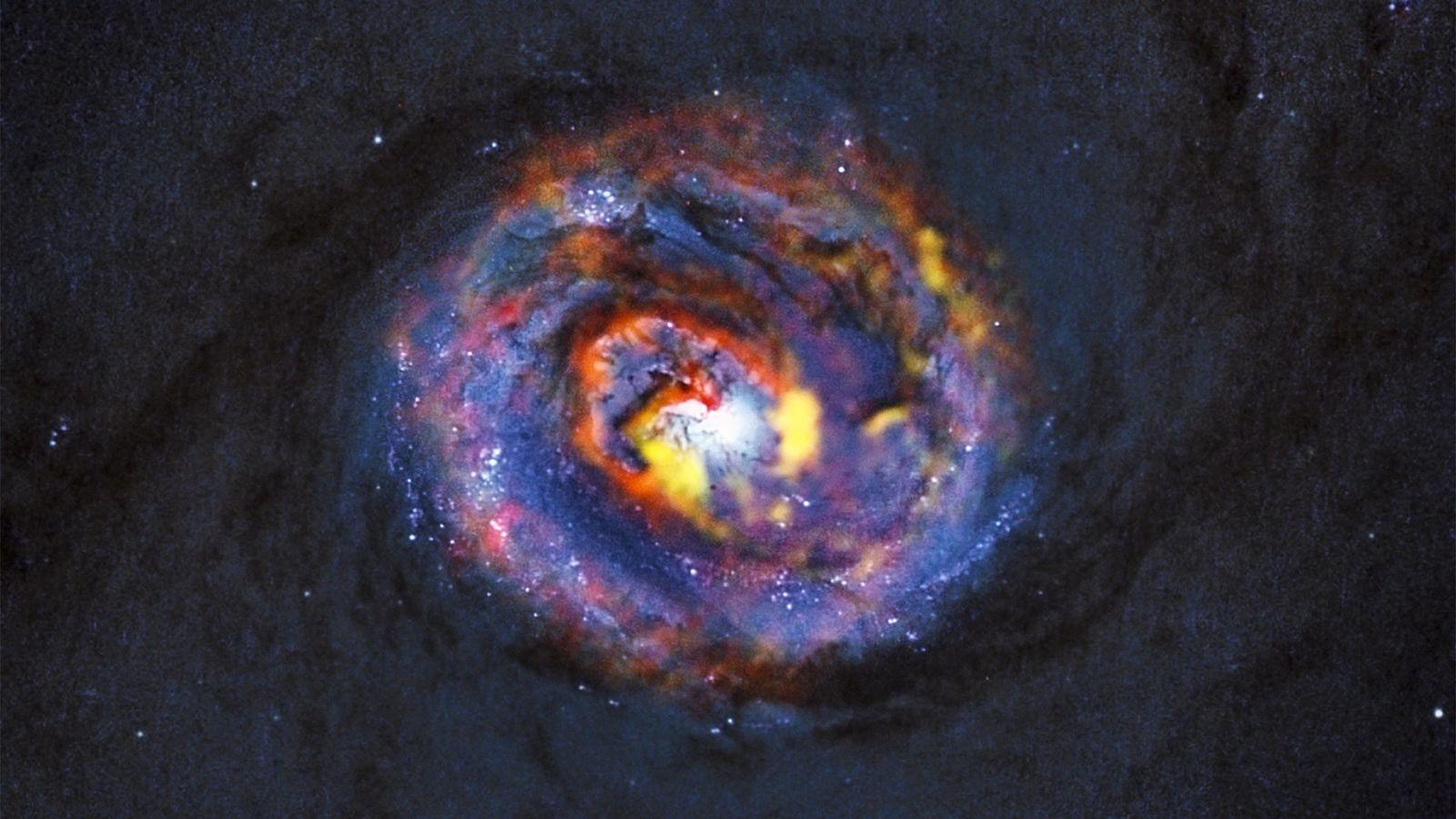 Arriba, una sorprendente espiral observada en la galaxia NGC 1433 (una galaxia activa cercana a la ...