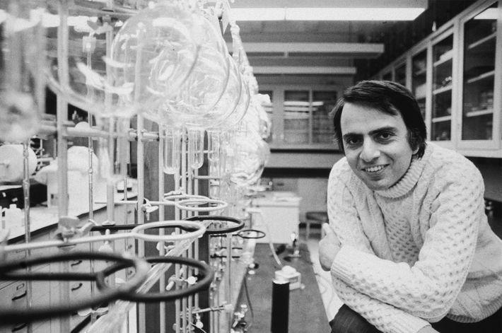 Sagan, en 1974 en la Universidad de Cornell, en Nueva York, donde desempeñó gran parte de ...
