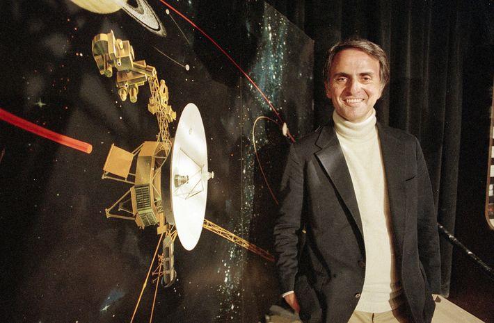 Sagan habla sobre el Voyager 2 en Pasadena, California, en 1986.