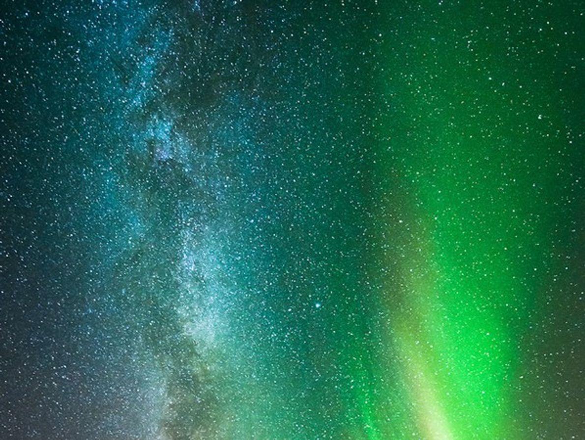 La vía lactea y las luces del norte parecen fundirse sobre Noruega, el 26 de septiembre. Las …