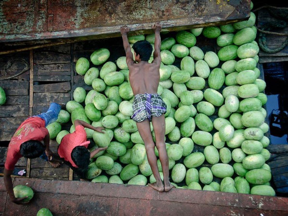 Un hombre intenta evitar que su barco choque con otro en Dhaka, Bangladesh, en una foto …