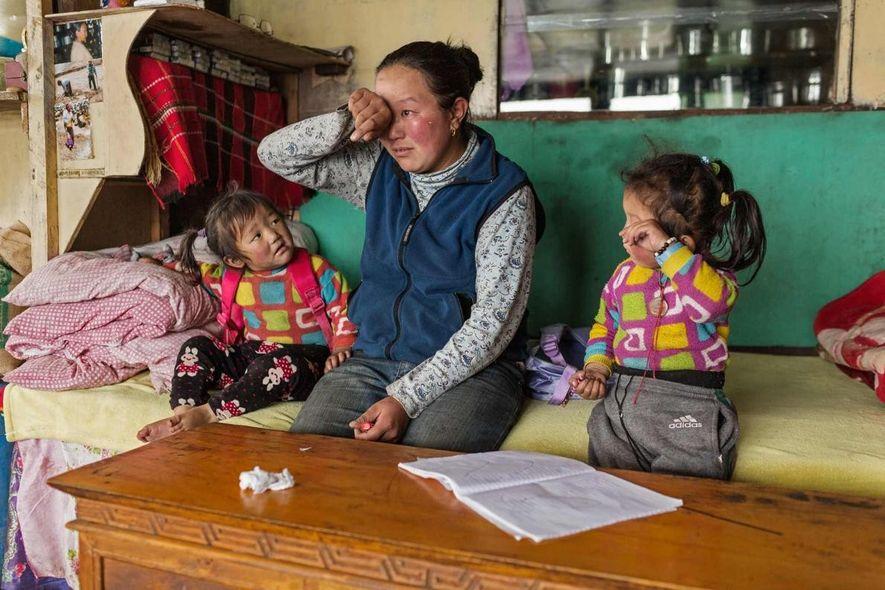 Los recuerdos son todavía recientes en la memoria de Nimadoma Sherpa, de la aldea de Pangboche, que perdió a su marido, DaRita Sherpa, en el Everest en mayo de 2013. El guía de 37 años murió por causas relacionadas con la altitud en el Campamento 3 mientras trabajaba para una expedición comercial. Tenía dos hijas.