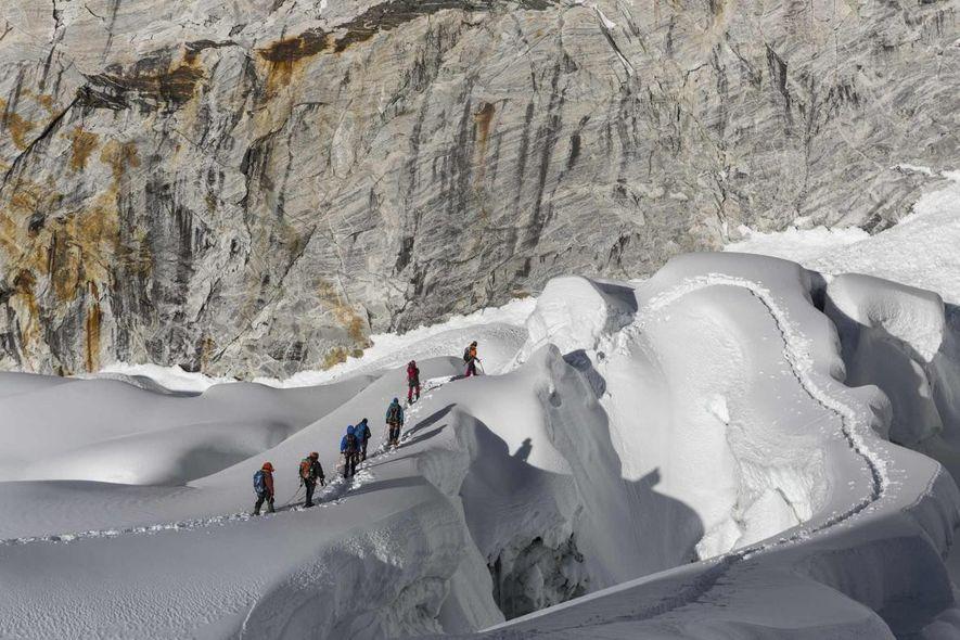 Sonam Dendu, guía en Thamserku Trekking, una empresa fundada por sherpas, dirige a un grupo de escaladores españoles y franceses en el Imja Tse.