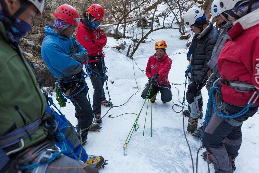Jangbu Sherpa, un guía de montaña certificado, muestra a los estudiantes cómo colocar un anclaje en hielo en el centro de escalada de Khumbu, en Phortse. El centro fue fundado en 2003 por un montañero estadounidense llamado Conrad Anker y por Jennifer Lowe-Anker para enseñar a los sherpas y a otros nepalís a escalar y trabajar de forma segura en alta montaña.