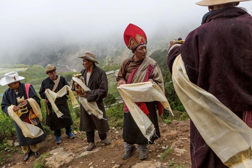 Los residentes de la aldea Sherpa de Phortse se preparan para recibir a un Khambo Lama del monasterio de Tengboche para que lidere la celebración anual de Dumji, una ceremonia de danza budista tibetana. Algunos de los hombres en Phortse que se ganan la vida como guías en el cercano monte Everest fueron educados en dichos monasterios.