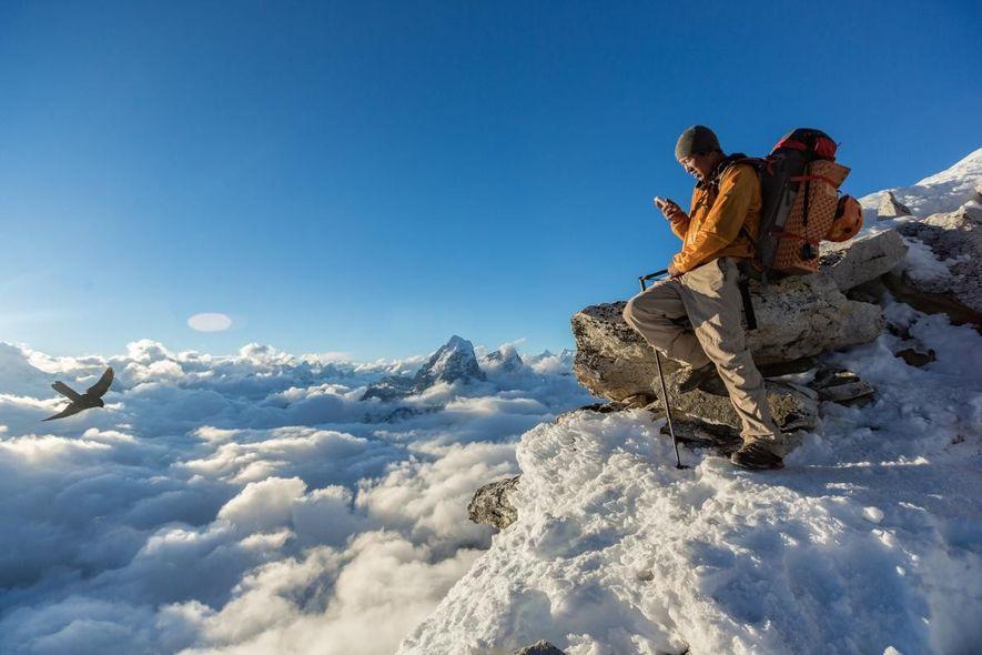 Tras encontrar el lugar perfecto entre las nubes en el Campamento 1 de Ama Dablam, Danru Sherpa usa su iPhone para hablar con sus amigos y su familia. Incluso a 5.654 metros de altitud, los escaladores pueden comprobar su bandeja de entrada y sus mensajes, que llegan desde el mundo que tienen a sus pies.