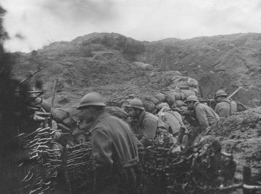 El 92º Regimiento de Infantería de Francia lucha en las trincheras en 1916. Los mapas del ...