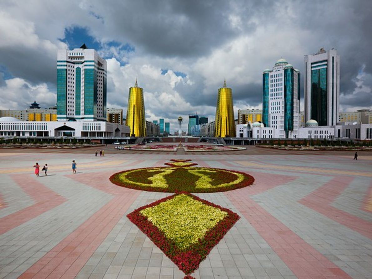 """Las flores adornan el Boulevard Nurzhol o """"El sendero radiante""""."""