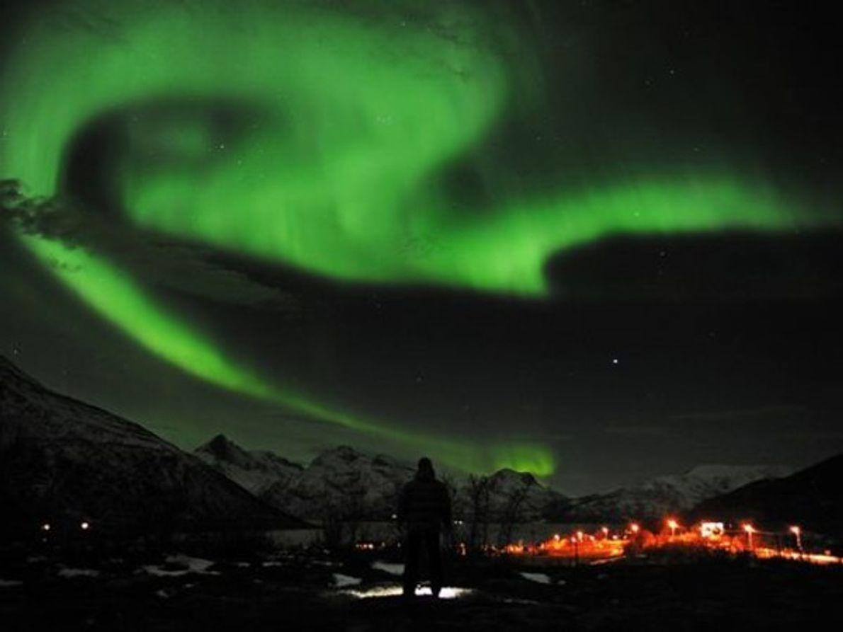 Auroras verdes cuelgan como nubes de tormenta en el cielo cerca de Tromsø, Noruega, el miércoles.    La …