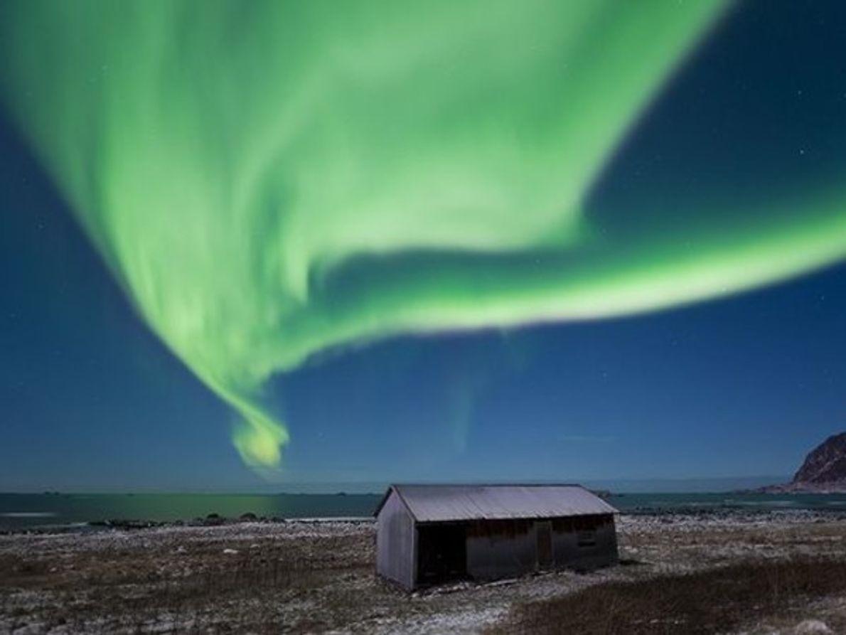 Un manto de color verde se cierne sobre la costa de Bo en el norte de …
